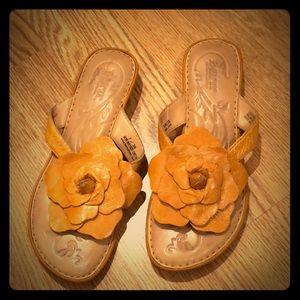 Børn mustard color floral slippers size 7
